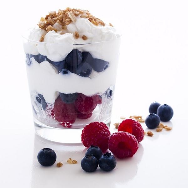 yogurt con mandorle e frutti rossi